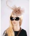 Champagnekleurige Christina dameshoed op diadeem